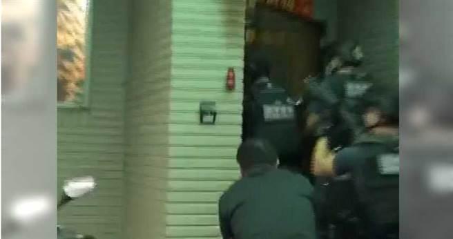 台北市刑大經過長期蒐證,於本月12日前往基隆謝男住處攻堅逮人。(圖/翻攝畫面)