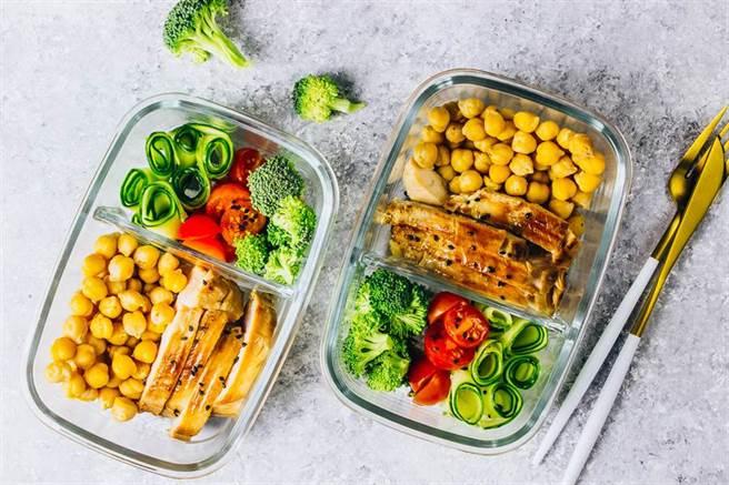 深綠色蔬菜生長時所需的氮肥會產生硝酸鹽,煮過再加熱會轉化成更多可能致癌的亞硝酸鹽,因此不適合隔夜或帶便當。(示意圖/Shutterstock)
