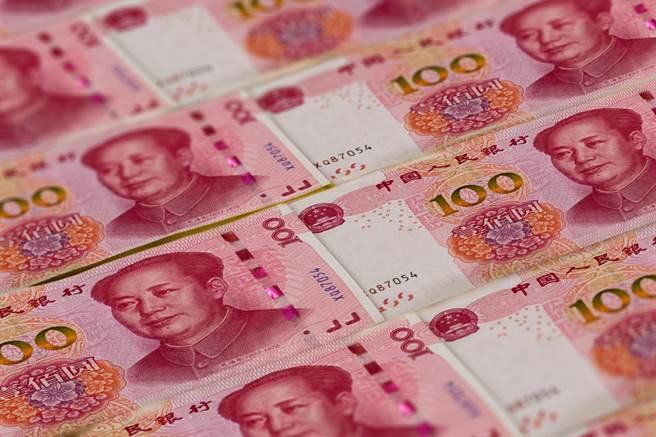 人行持續淨投放3000億人民幣入市,專家預設今年降準降息機率下降。(shutterstock)