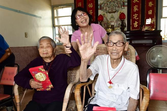 溪州鄉百歲人瑞夫妻檔,鄭明白及鄭莊金花伉儷,夫妻攜手走過一個世紀。(吳建輝攝)