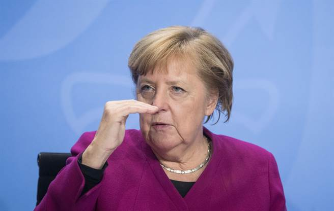 德國現任總理梅克爾一直非常注重在大陸與美國間保持平衡,當初提攜她從政的柯爾(Helmut Kohl)正是率西德走過1980年代美國貿易戰時任總理。(路透)