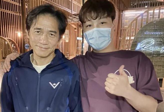 梁朝偉日前被粉絲捕獲,58歲的他看起來蒼老許多。(取自微博)