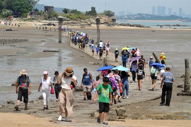 建功嶼平日遊客絡繹於途,今年暑假以來更因國旅爆發,吸引大批遊客人潮。(李金生攝)