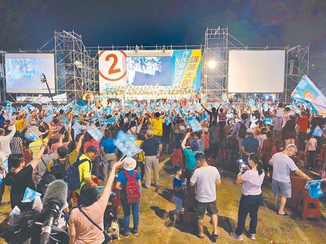 民進黨高雄市長候選人陳其邁11日在旗山辦造勢晚會,後頭民眾提前散場,台前仍有死忠支持者。(柯宗緯攝)