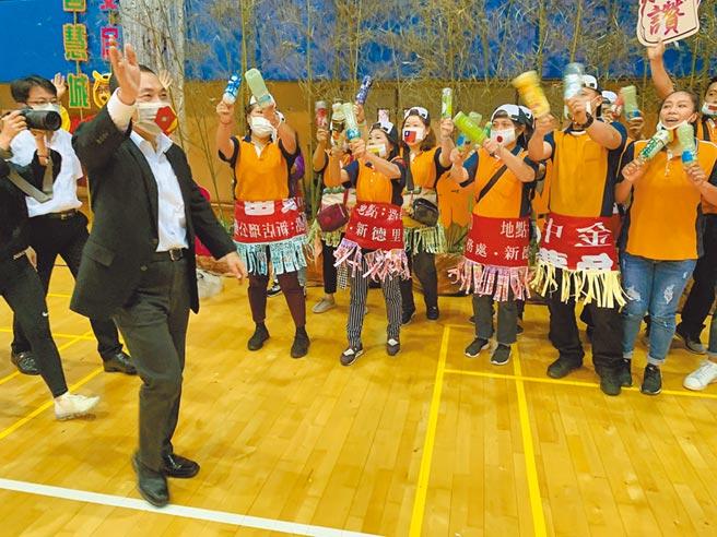 新北市清潔隊員節慶祝活動14日在板樹體育館盛大舉行,市長侯友宜受到隊員們熱烈歡迎。(王揚傑攝)
