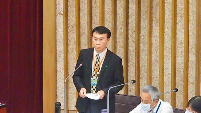針對澄清湖棒球場的營運,高巿府運動發展局長侯尊堯14日在議會答詢。(曹明正攝)