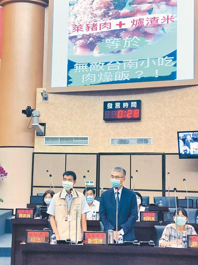 台南市議會定期會「學甲區爐渣掩埋案」專案報告,市府農業局長謝耀清(右)強調,目前並未檢出學甲農地產出有毒農作物。(洪榮志攝)