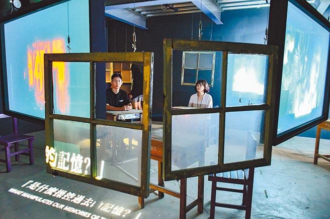 高雄駁二藝術特區「寄生:X檔案」展覽打造電影《返校》讀書會的廢墟教室,讓民眾感受主角身陷惡夢的恐懼。(林宏聰攝)