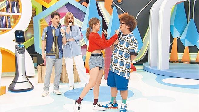 阿Ken(左起)、安心亞在節目裡笑看女來賓與納豆的逗趣互動。(中天綜合台提供)