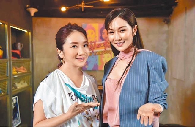 陶晶莹(左)在网路节目中与曾莞婷开心畅聊。(泰坦星文创提供)