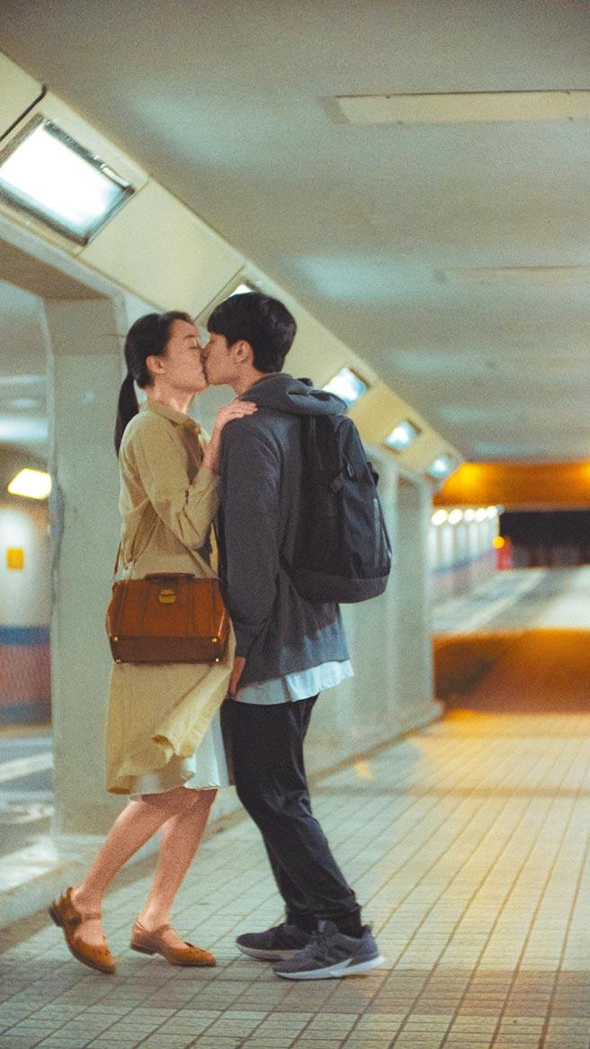 劉俊謙(右)和蔡思韵兩人拍攝電影《幻愛》定情,現為男女朋友。(光年映畫提供)