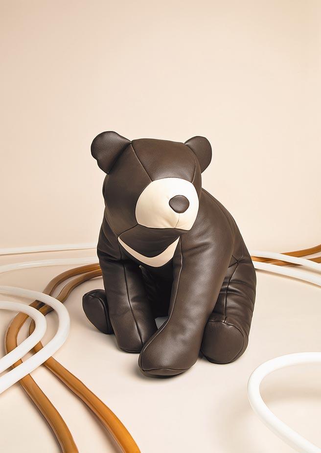 petit h每次各國展覽都會有的懶骨頭,這次出現台灣黑熊,散發濃濃在地味。台灣黑熊懶骨頭,216萬5300元起。(HERMES提供)
