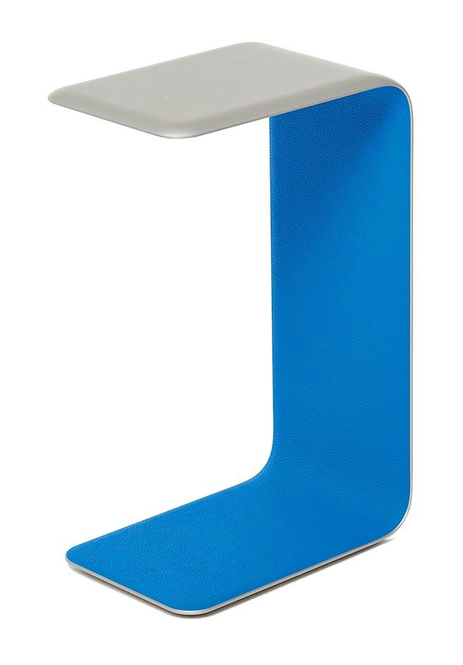 以鋁合金結合小公牛皮,充滿petit h獨特的創造力。鋁合金小公牛皮邊桌,17萬1500元起(依商品材質而定)。(HERMES提供)