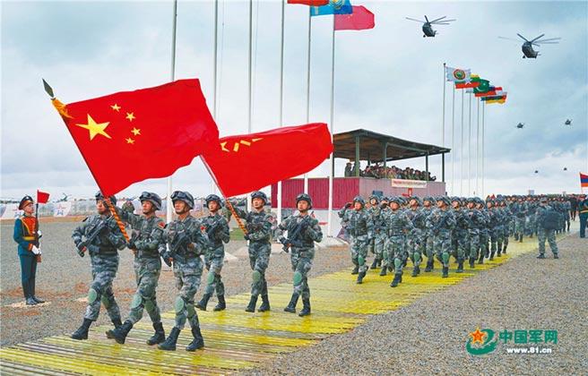中俄共同參加的「高加索-2020」聯合軍演9月21日開幕,大陸參演部隊方陣通過檢閱台。(取自中國軍網)