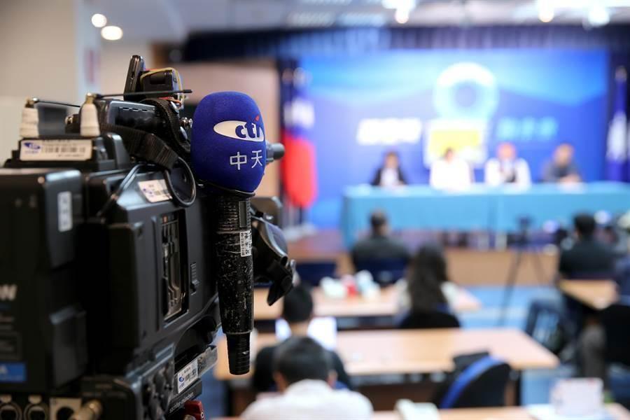 國民黨文傳會召開記者會,質疑政府將手介入NCC,就為了要「處理中天」。(黃世麒攝)