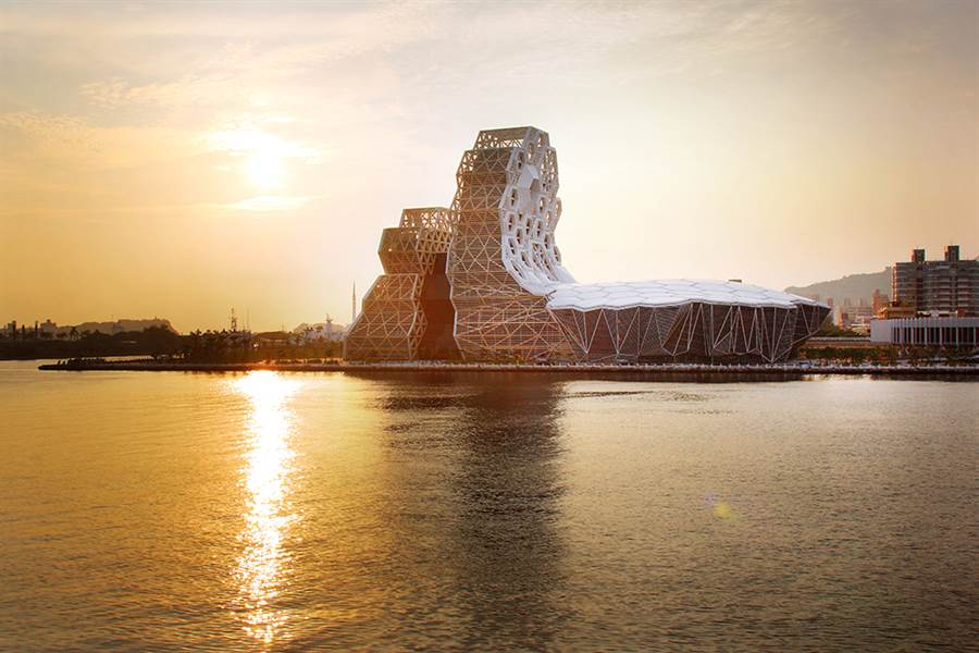 落日餘暉,橙色光芒隱在高雄流行音樂中心,與水波相映,煞是美麗。(圖/Carter攝)