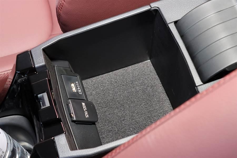 Corolla Cross 聽取多數客戶的建議,USB 孔除了在中控台下方以外,可前後滑動的中央扶手內也有一組,點煙器也是藏在裡頭。