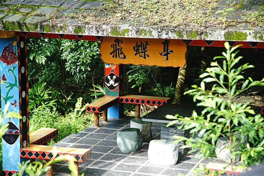 茂林生態公園廣場步道沿途設置飛蝶亭、紫蝶亭、瑪雅亭,賞蝶途中不妨好好安靜守候。(圖/曾信耀攝)