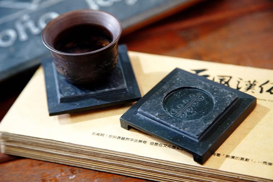「萬山岩雕-高字杯台」入選2012高雄工藝類精品獎,是當時甄選唯一得到滿分的作品。(圖/曾信耀攝)