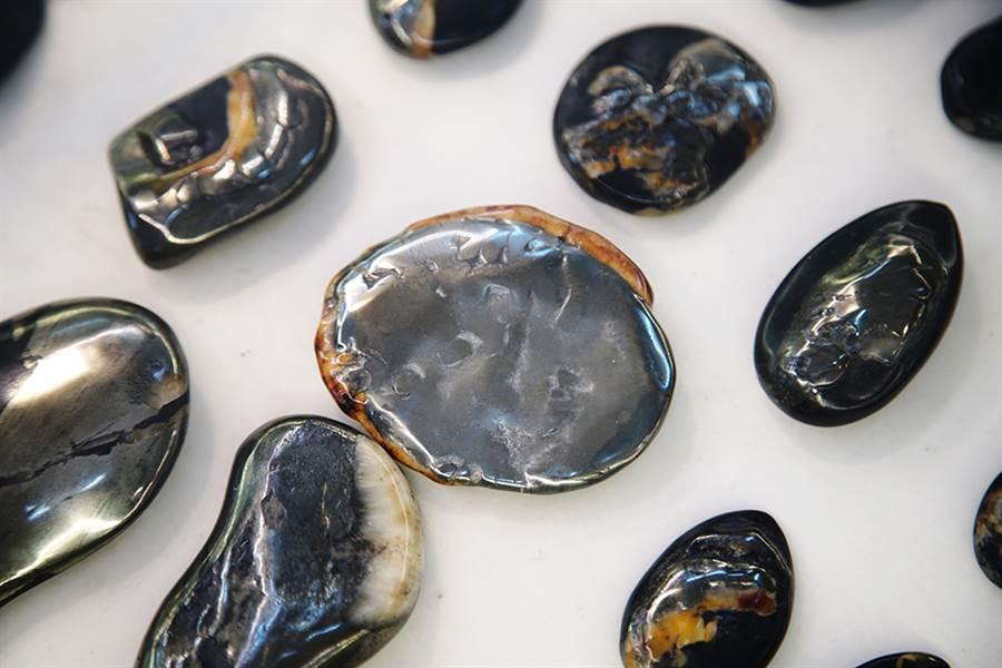 龍紋石經拋光打磨後,可展現不同的金屬線條與石玉鑲嵌。(圖/曾信耀攝)