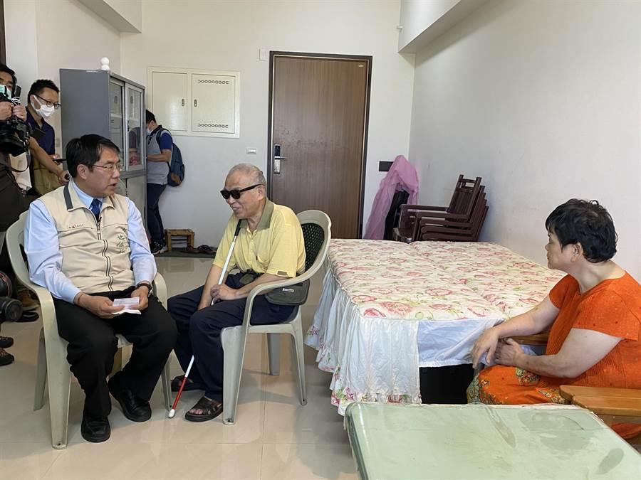 黃偉哲今天下午到照顧住宅訪視拆遷戶、視障莊姓夫婦。(曹婷婷攝)