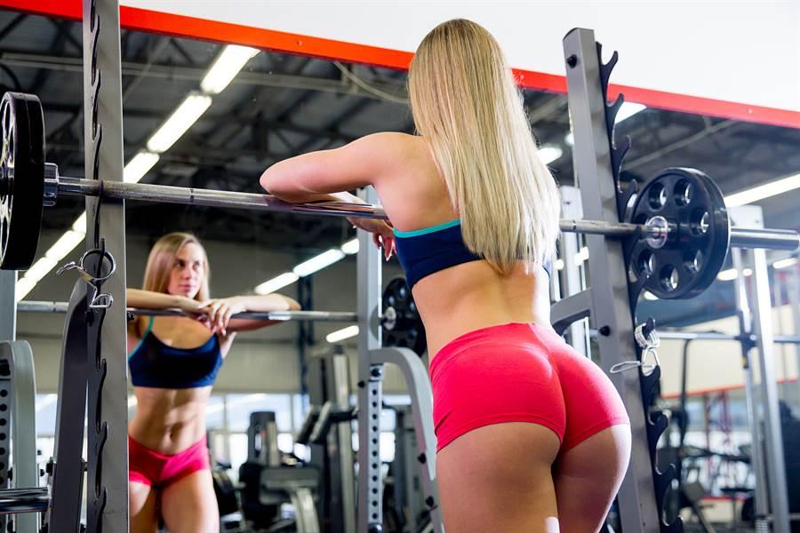 女健身業務自稱屁屁練到很硬,還問男客人「要戳看看嗎?」,網友紛紛表示「記得簽本票」。(示意圖,達志影像/shutterstock)