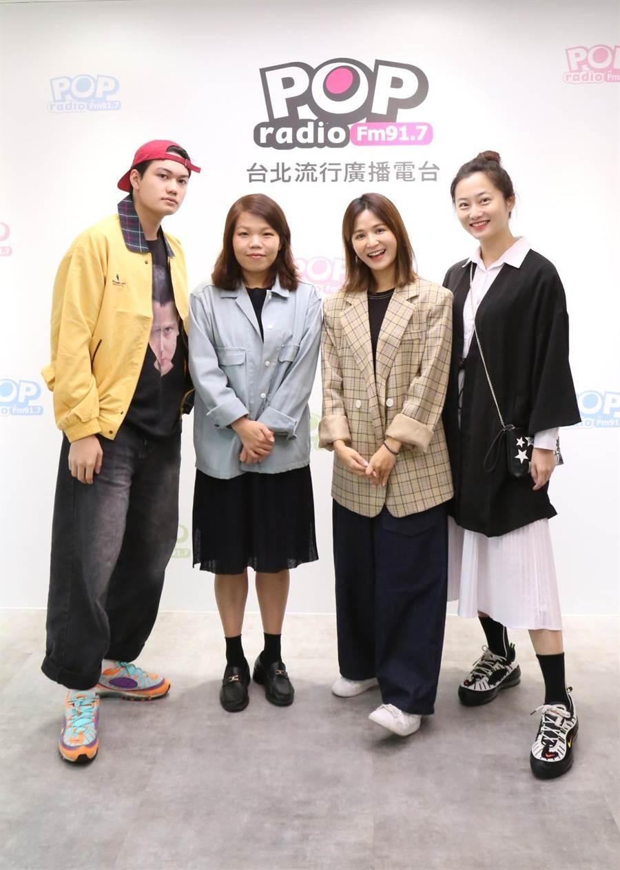 《无声》导演柯贞年(左二)接受吴怡霈(右二)专访,左一为男主角刘子铨、右一为赵小侨。(POP Radio提供)