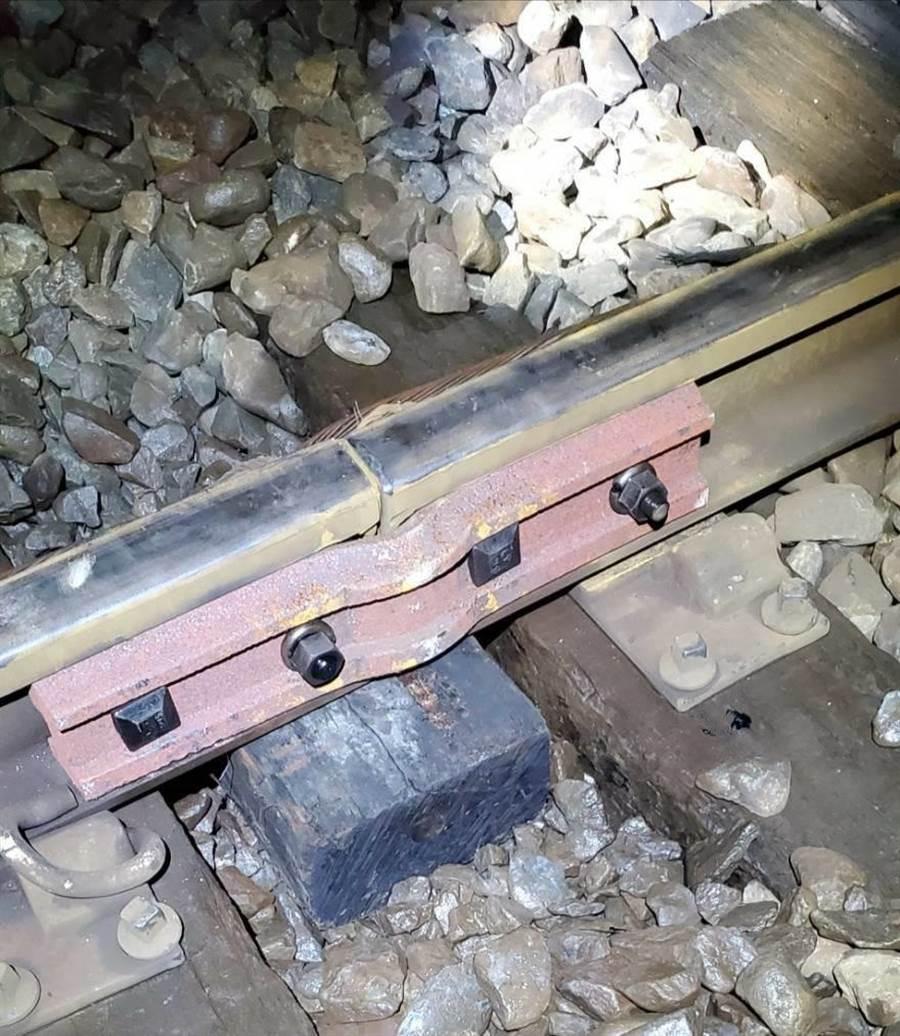 台鐵軌道的魚尾鈑發生斷裂,經緊急搶修後已恢復正常通行。(台鐵宜蘭運務段提供/胡健森宜蘭傳真)