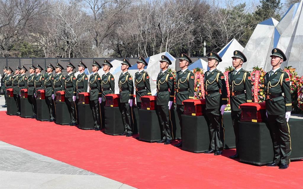 大陸今年刻意高調紀念韓戰70周年,正是表態為核心利益將不惜對美開戰。圖為迎接回國的抗美援朝陣亡戰士遺骸安葬儀式。(圖/新華社)