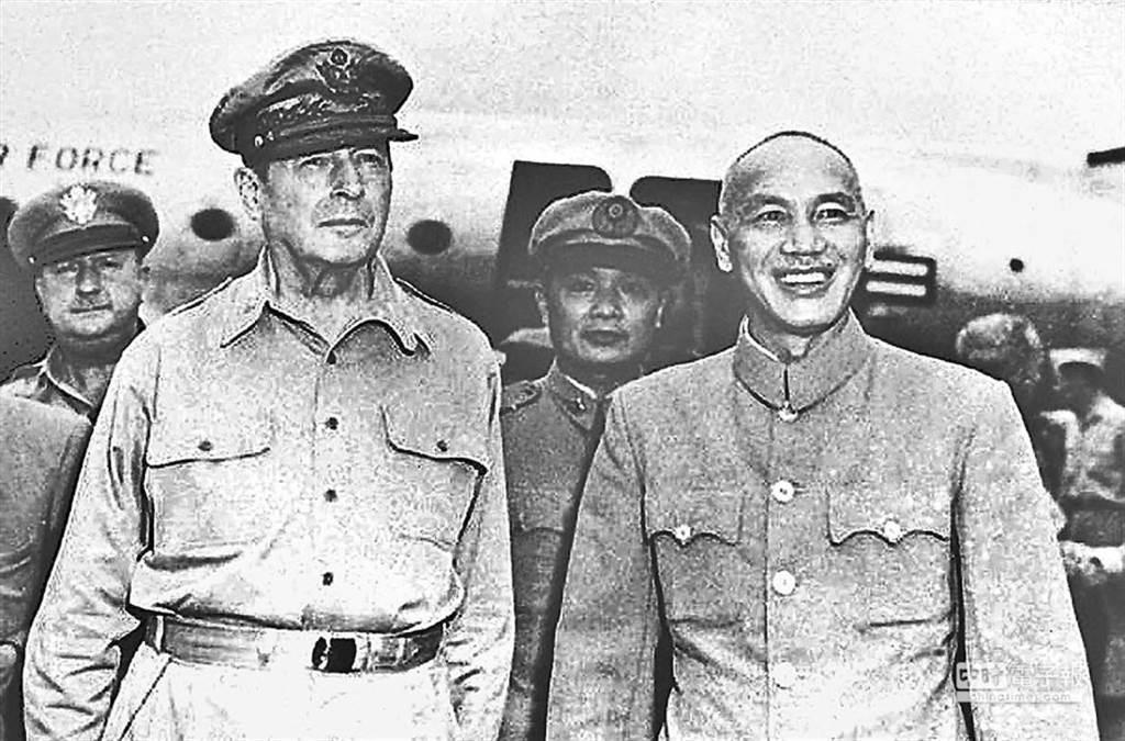 蔣中正在韓戰開打後曾向美國提議派遣33000人的部隊赴朝鮮半島參加韓戰,遭到美方拒絕。圖為麥克阿瑟訪台。(圖/中國時報檔案照片)
