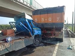 西濱小貨車追撞砂石車 車頭全毀駕駛夾困車內