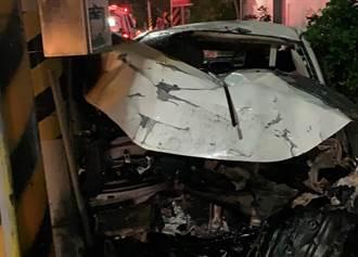 台南轎車自撞電桿冒火球 車上6人受傷