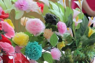 虎尾社區成果展 地方媽媽利用破絲襪製成手工花