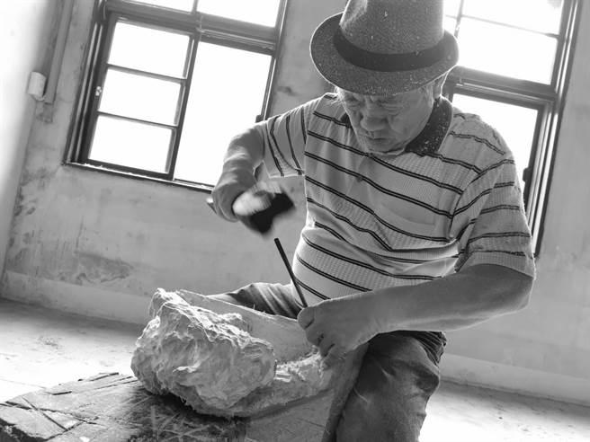 木雕藝術家吳榮賜挑戰48小時雕刻虎爺。(主辦單位提供)