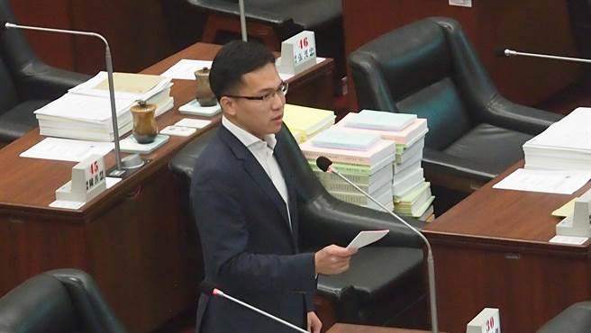 針對飛東沙軍包機「被返航」,高雄巿議員林智鴻16日在議會要求高雄市政府硬起來,向香港、中共當局表達嚴厲抗議。(曹明正攝)
