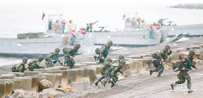 圖為漢光26號期間,海軍陸戰隊在屏東海邊演練搶灘上岸。(示意圖/本報資料照片)