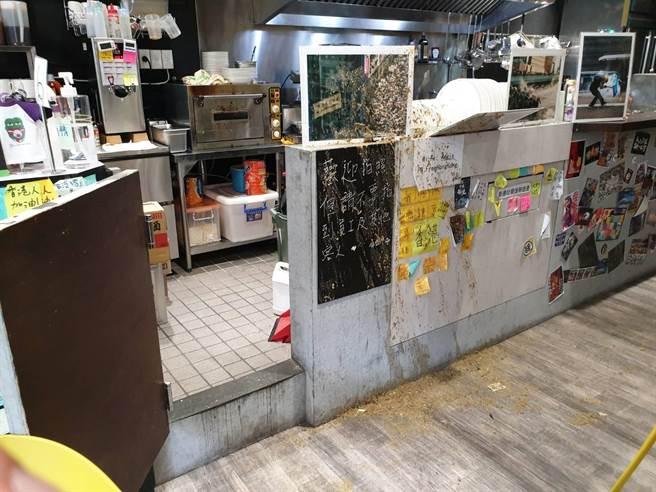 「保護傘」餐廳的櫃台、廚房,遭黑衣男子潑灑雞屎糞水。(翻攝照片/林郁平台北傳真)