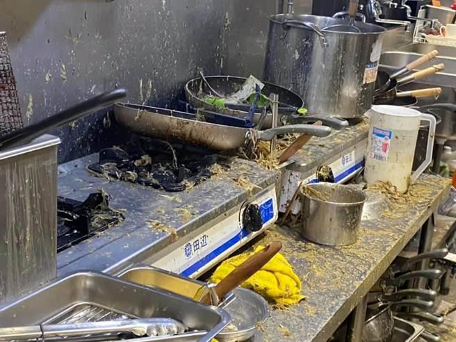 保護傘餐廳遭惡意人士潑糞,廚房一片杯盤狼藉,緊急發出暫停營業公告。(摘自保護傘臉書)