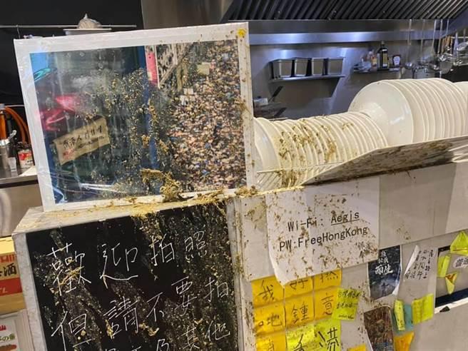 潑糞者為一名年輕男子,當時一名櫃台內的香港女員工遭到波及,當下店員和廚師均未能反應。(摘自保護傘臉書)