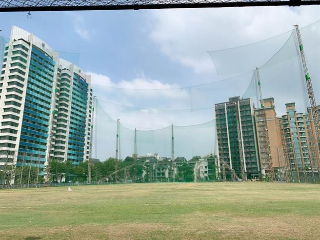 聯上集團活化市有地,在高市文山特區打造「聯上高爾夫球練習場」16日開幕。(柯宗緯攝)