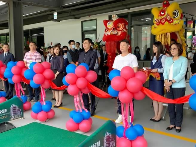 「聯上高爾夫球練習場」16日開幕,高雄市長陳其邁(中)出席見證。(柯宗緯攝)