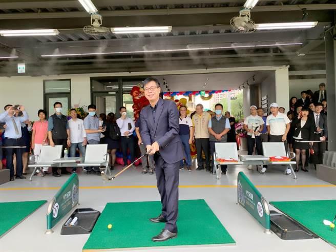 「聯上高爾夫球練習場」16日開幕,高雄市長陳其邁小試身手揮桿。(柯宗緯攝)
