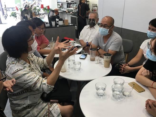 嘉義市一群照顧者在喘息服務咖啡館聚會,交流心情及紓壓。(廖素慧攝)