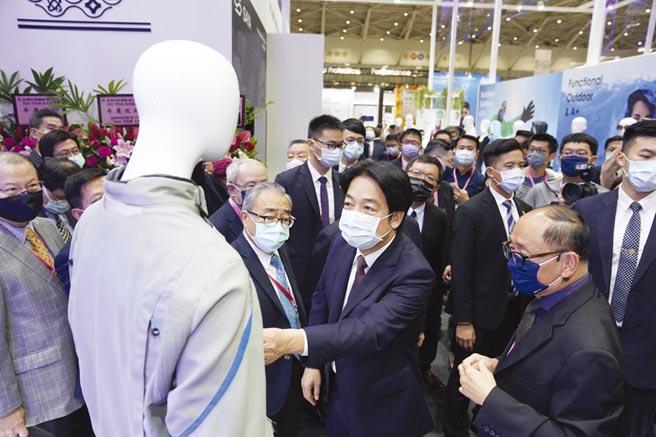 副總統賴清德赴台北紡織展參觀,對於台灣製創新與機能性紡織品表示讚賞。圖/紡拓會提供