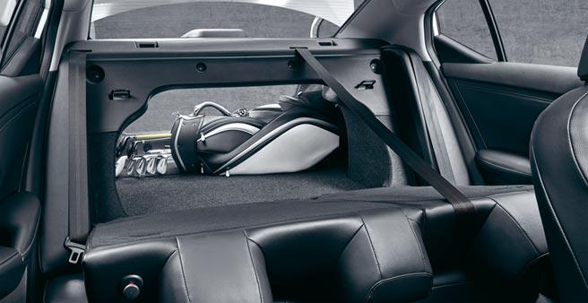 6/4分離後座亦可傾倒以利置物。能輕鬆放進高爾夫球筒的行李廂空間多達560公升,屬同級車最大。圖/業主提供