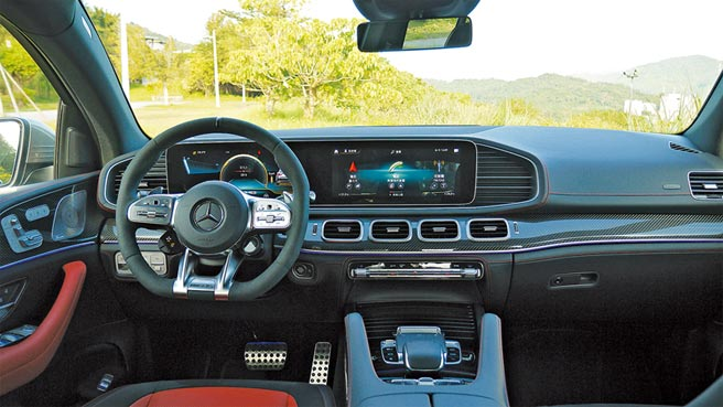 GLE 53 4MATIC+ Coupe座艙已是AMG跑格檔次,選配的碳纖維飾板及平底方向盤更增奢華氣度。圖/于模珉