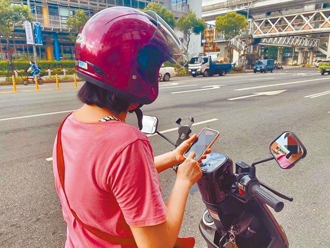 根據道路交通管理處罰條例,騎車時以「手持」方式使用手機,將處1000元罰鍰。(本報資料照片)