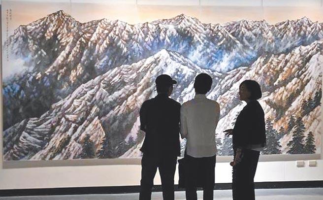 周錫珽的山水畫將傳統「留白」改為畫滿後再疊上雲霧,創造流動感。(周錫珽提供)