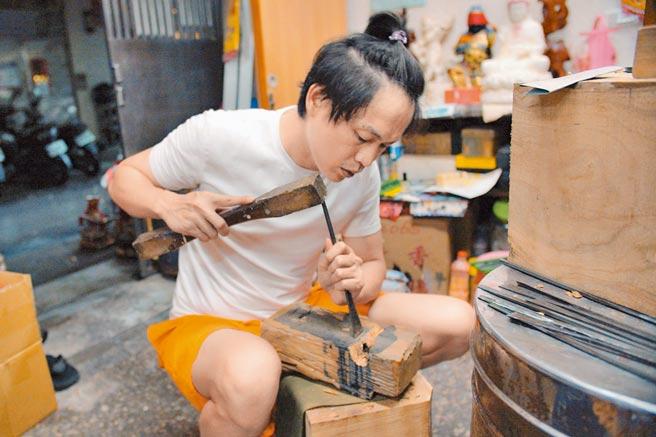 黃鐙輝為戲半夜練木雕。(東森電視提供)
