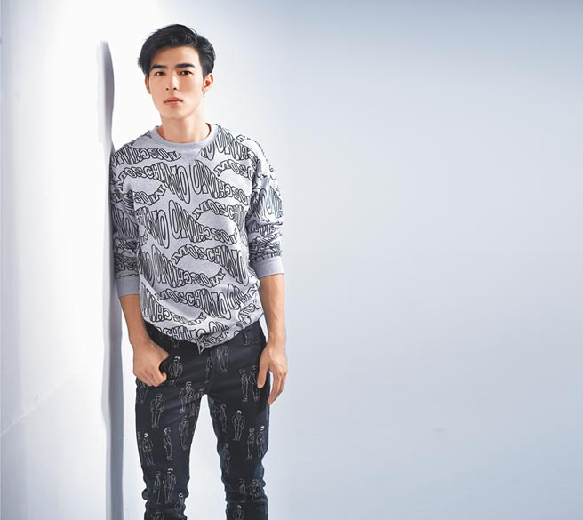 以《刻在你心底的名字》入圍金馬獎最佳新人獎的陳昊森,是影壇的明日之星,穿Moschino灰色logo大學衣2萬7800元,Moschino黑色人像長褲1萬8300元。(JOJ PHOTO攝.服裝提供/Moschino)